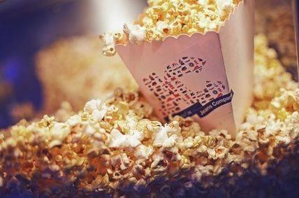 Vita-popcorn-bagare-med-etikett