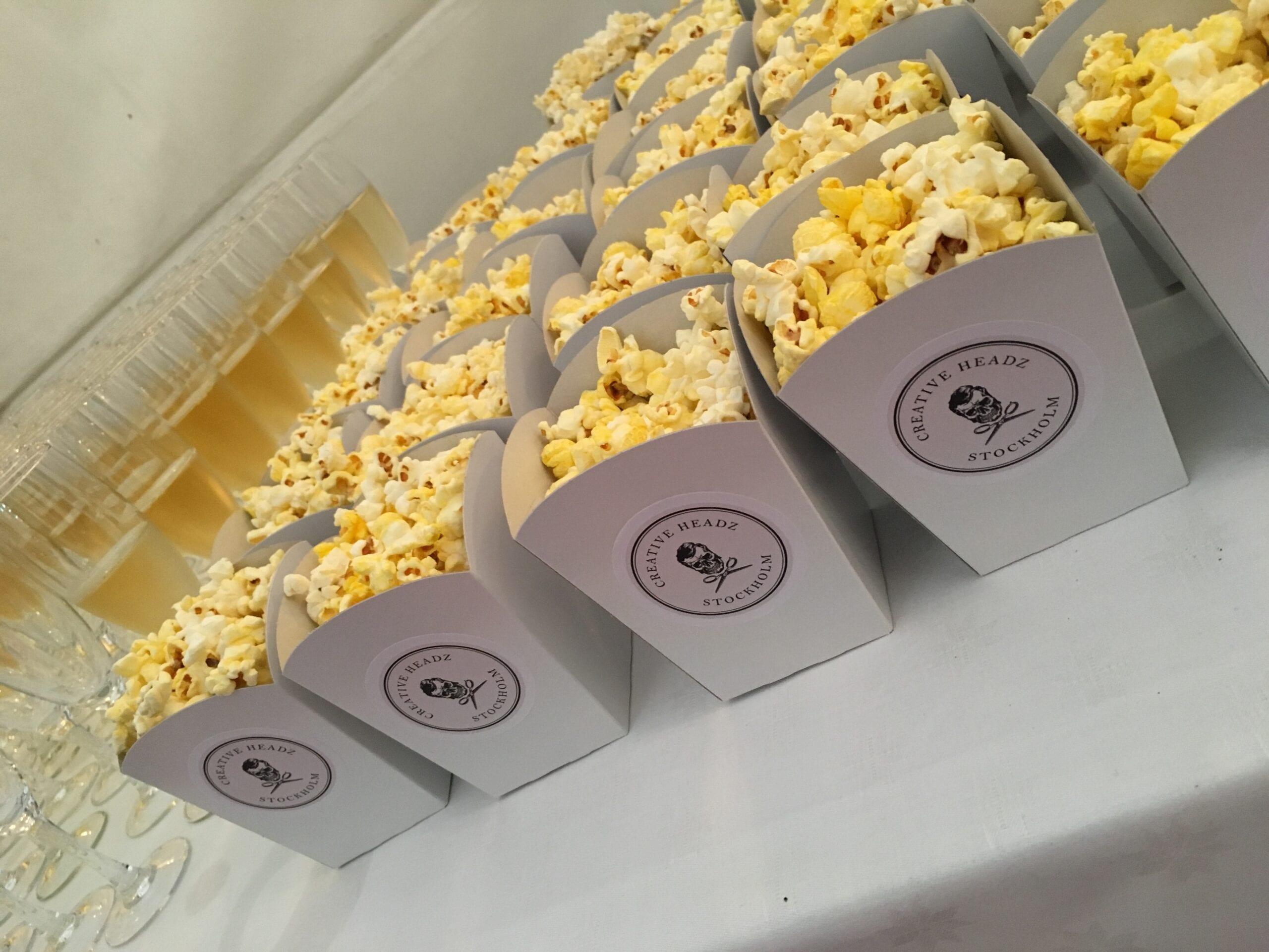 Vita-popcornbagare-med-etiketter
